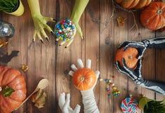 Семья празднуя хеллоуин стоковая фотография