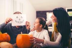Семья празднует хеллоуин Стоковое Изображение