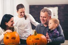 Семья празднует хеллоуин Стоковая Фотография RF