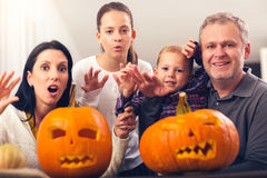 Семья празднует хеллоуин Стоковые Фотографии RF