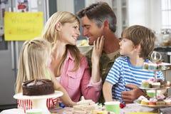 Семья празднуя возвращение домой отца стоковое изображение rf