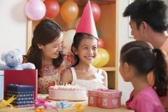 Семья празднуя день рождения девушки Стоковые Изображения RF