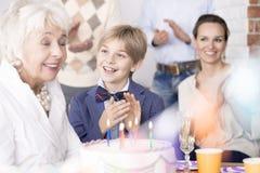 Семья празднуя день рождения ` s бабушки стоковая фотография