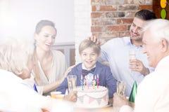 Семья празднуя день рождения ` s мальчика стоковые фотографии rf