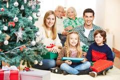 Семья празднуя рождество с 3 поколениями Стоковое Фото