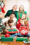 Семья празднуя рождество с подарками Стоковые Изображения RF