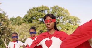 Семья представляя в костюме супергероев сток-видео