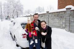 Семья представляя зиму Стоковые Изображения RF