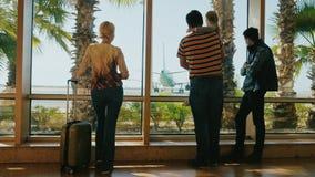Семья приезжает на каникулы Посмотрите терминальное окно на самолетах, владениях отца дочь в его оружиях видеоматериал
