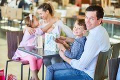 Семья принимает перерыв пока ходящ по магазинам стоковые изображения