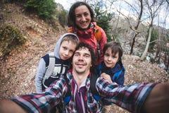 Семья принимает selfie в природе стоковая фотография rf