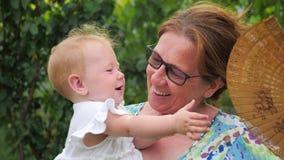 семья принципиальной схемы счастливая Женщина и ребенок более старый молодой красивейшие повелительницы