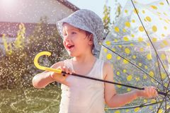 семья принципиальной схемы счастливая Предпосылка мероприятий на свежем воздухе Детство стоковые фото