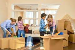 Семья при дети двигая внутри Стоковые Изображения