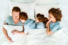 семья при 2 дет спать совместно Стоковое Изображение