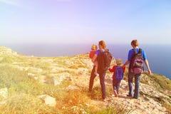 Семья при дети в горах лета Стоковая Фотография