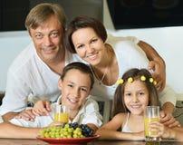 Семья при дети есть на таблице Стоковое фото RF