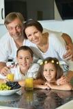 Семья при дети есть на таблице Стоковое Фото
