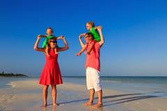 Семья при дети имея потеху на тропическом пляже Стоковые Фотографии RF