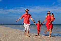 Семья при дети имея потеху на тропическом пляже Стоковая Фотография RF