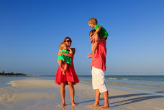 Семья при дети имея потеху на тропическом пляже Стоковые Изображения RF