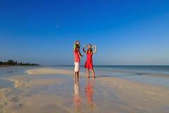 Семья при дети имея потеху на тропическом пляже Стоковое фото RF