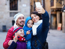 Семья при дети идя город и делая selfie Стоковая Фотография