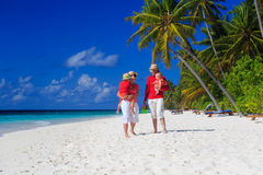 Семья при дети идя на пляж песка Стоковые Фотографии RF