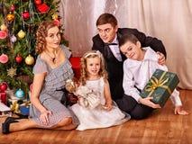 Семья при дети получая подарки вниз Стоковые Изображения RF