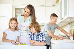 Семья при дети работая в кухне Стоковое Изображение RF