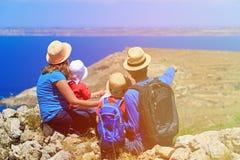 Семья при дети смотря карту в горах Стоковое Изображение