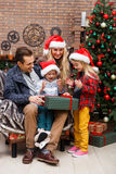 Семья при дети смотря подарки Стоковое Изображение RF