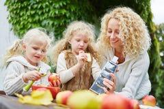 Семья при дети слезая яблока Стоковые Фотографии RF