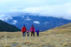 Семья при 2 дет в горах зимы Стоковое Изображение