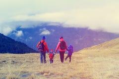 Семья при 2 дет в горах зимы Стоковая Фотография