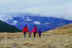 Семья при 2 дет в горах зимы Стоковое Фото
