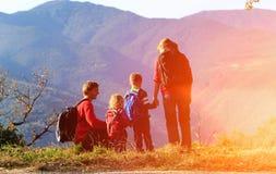 Семья при 2 дет в горах Стоковые Изображения RF