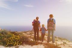 Семья при 2 дет в сценарных горах Стоковое Изображение