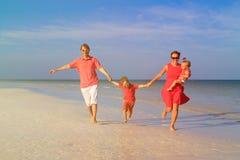 Семья при 2 дет имея потеху на пляже песка Стоковое Изображение RF