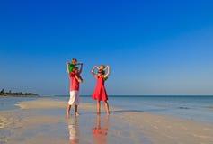 Семья при 2 дет имея потеху на пляже песка Стоковая Фотография