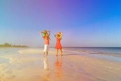Семья при 2 дет имея потеху на тропическом пляже Стоковая Фотография RF