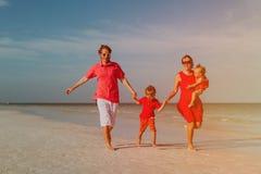Семья при 2 дет имея потеху на тропическом пляже Стоковая Фотография