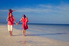 Семья при 2 дет идя на пляж песка Стоковое фото RF
