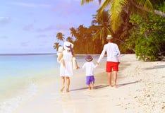 Семья при 2 дет идя на тропический пляж Стоковая Фотография RF