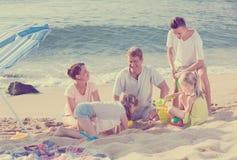 Семья при 4 дет ослабляя на пляже Стоковая Фотография RF