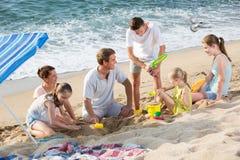Семья при 4 дет ослабляя на пляже Стоковое Изображение RF