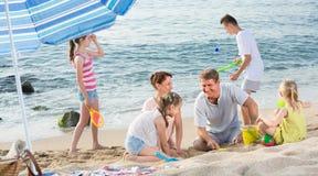 Семья при 4 дет ослабляя на пляже Стоковые Фотографии RF
