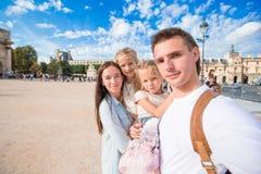 Семья при 2 дет принимая selfie в Париже Стоковые Фото