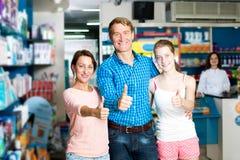 Семья при подросток девушки держа большие пальцы руки вверх Стоковая Фотография
