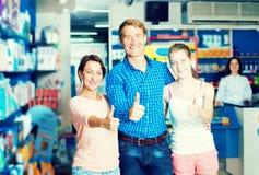 Семья при подросток девушки держа большие пальцы руки вверх Стоковая Фотография RF